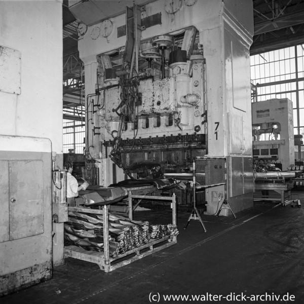 An einer Karosseriepresse bei Ford in Köln