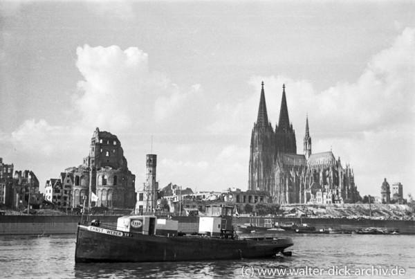 """Tankschiff """"Ernst"""" vor der zerstörten Stadt"""