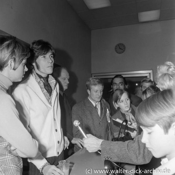 Barry Gibb mit Fans und Journalisten 1968