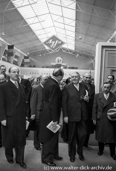 Photokina 1951 in Köln Politiker informieren sich