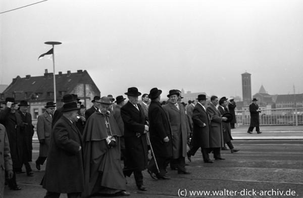 Die Herren der ersten Reihe auf der neuen Kölner Brücke