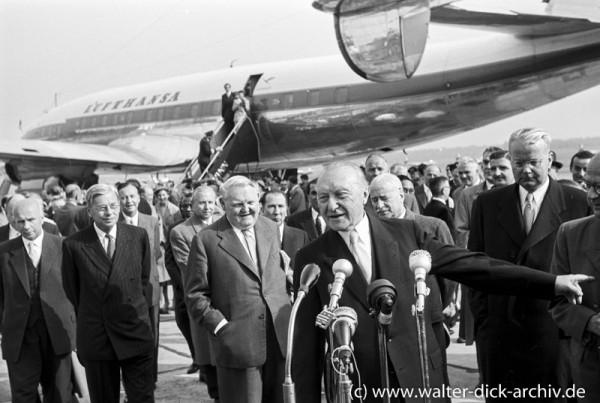 Konrad Adenauer vor den Mikrofonen