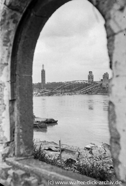 Blick auf die zerstörte Hohenzollernbrücke