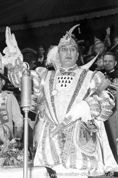 Der Prinz grüßt sein närrisches Volk