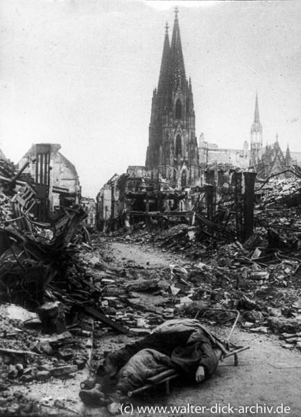 Toter Soldat in der Hohe Straße in Köln 1945
