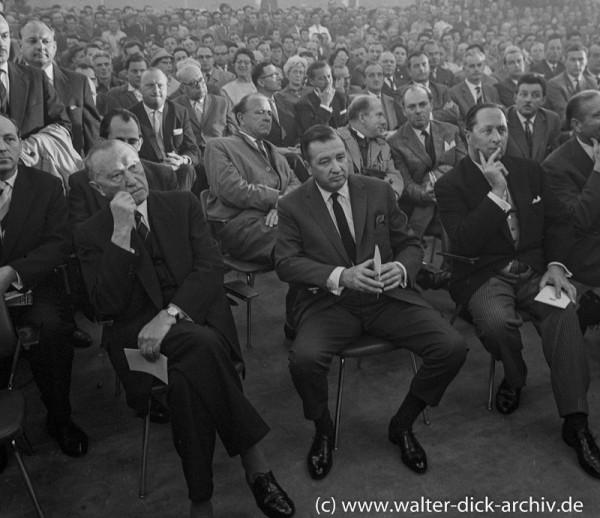 Aufmerksame Zuhörer beim Jubiläum der Ford Werke 1960