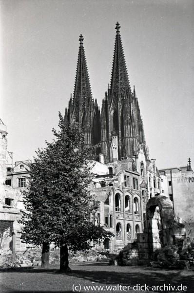 Häuserruinen vor dem Kölner Dom