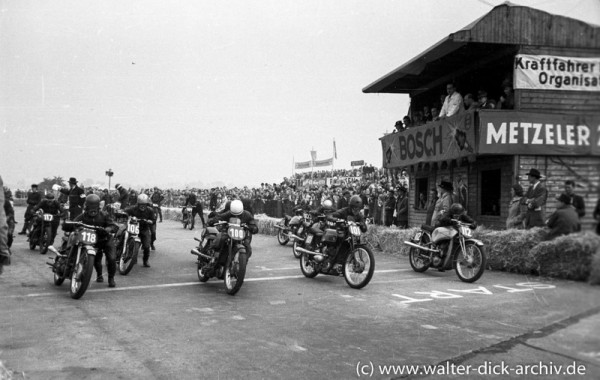 Start zu einem Motorradrennen auf dem Kölner Kurs
