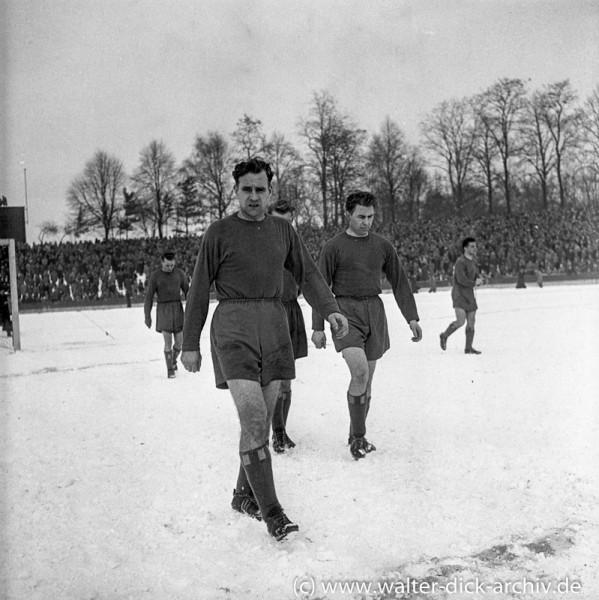 Harte Burschen-Fußball bei Schnee und Frost