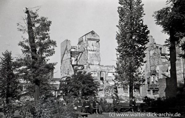 Ruhepause vor Ruinen am Kölner Kolpingplatz