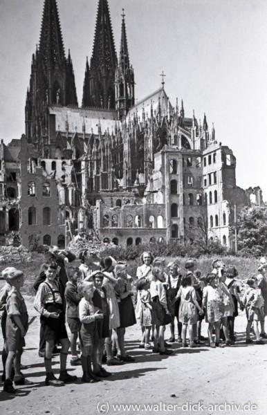 Schulkinder am Rheinufer