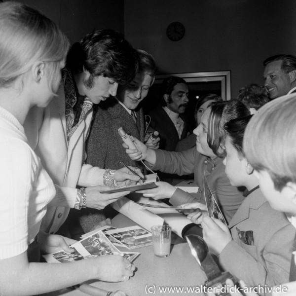 """Barry Gibb schreibt Autogramme für die """"Bee Gees"""" Fans 1968"""