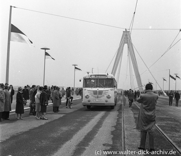 Der erste Bus auf der neuen Kölner Brücke