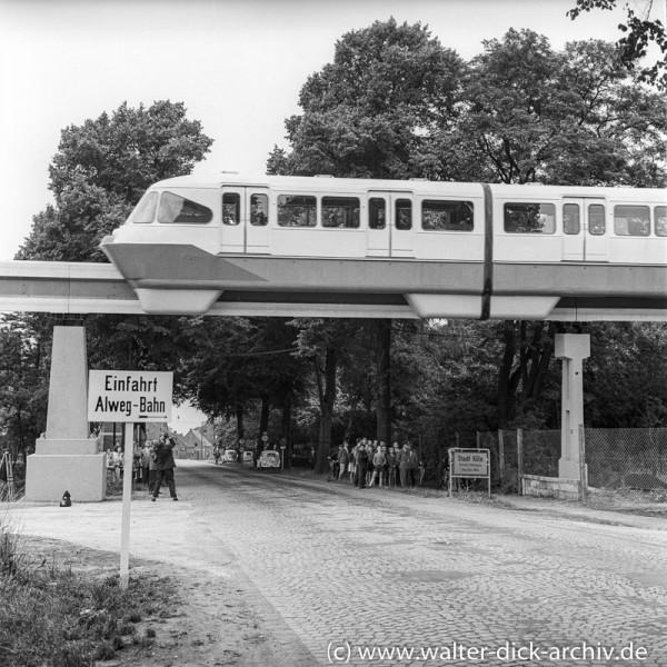 ALWEG-Bahn Überquerung der Neusser Landstraße 1957