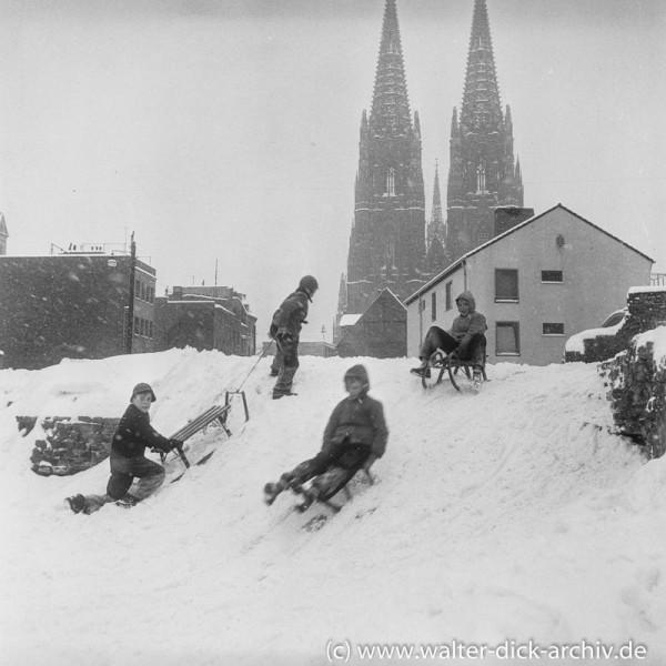 Rodeln in der Stadt 1954