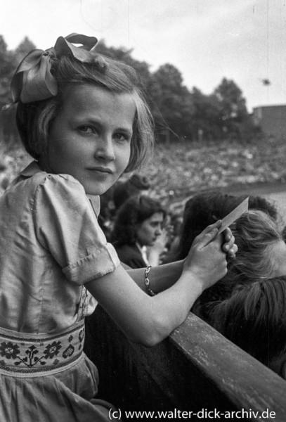 Junge Zuschauerin im Kölner Stadion