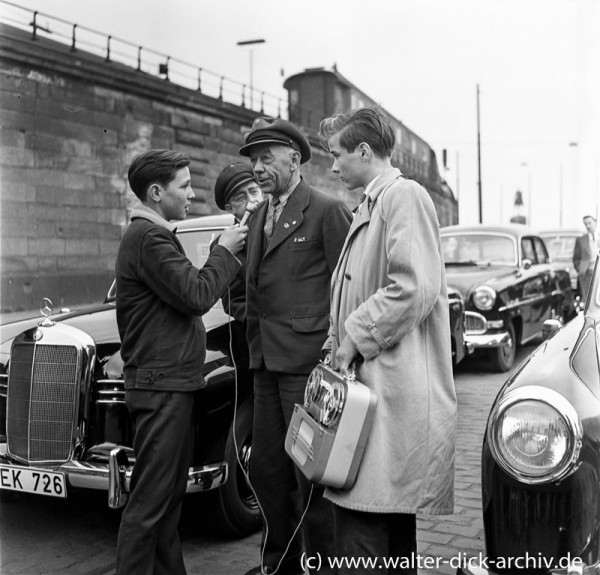 Tonbandjugend interviewt Taxifahrer.