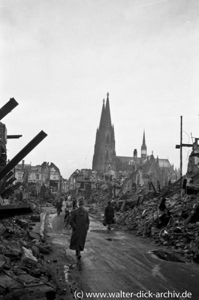 Hohe Straße in Köln-Ein Hohlweg zwischen Trümmerbergen