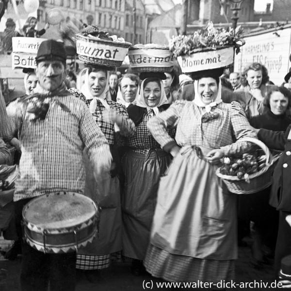 Marktweiber beim Kölner Rosenmontagszug 1950