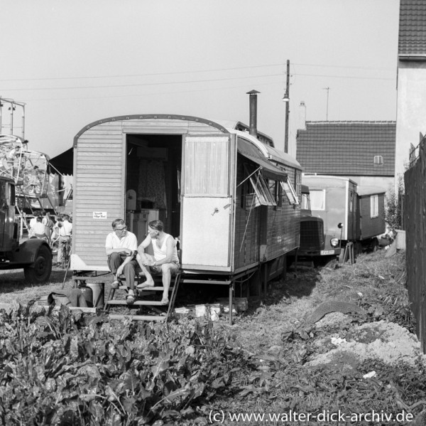 Schaustellerwagen auf einer Kölner Kirmes 1956