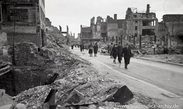 Fußgänger in der Kölner Trümmerwüste