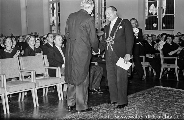 Dr Schwering dankt Konrad Adenauer 1955
