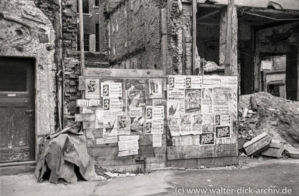 Wahlplakate in den Trümmern