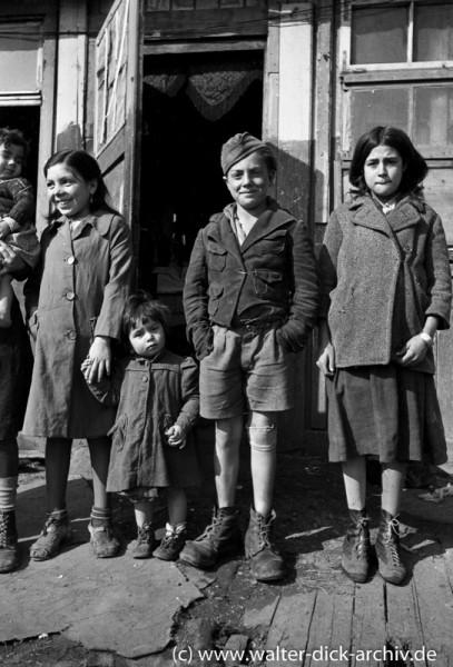 Kölner Kinder mit abgerissenen Kleidern