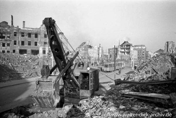 Trümmerräumung mit Bagger am Kölner Friesenplatz 1946