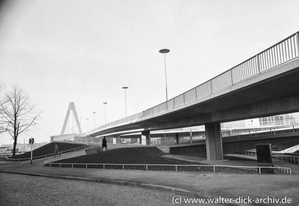 Fußgängerwege der neuen Kölner Brücke 1959