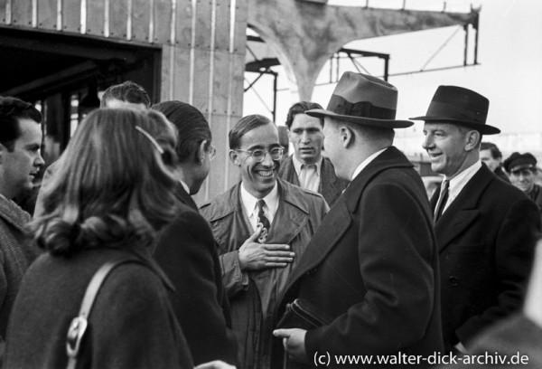 Henry Ford II im Gespräch mit Mitarbeitern
