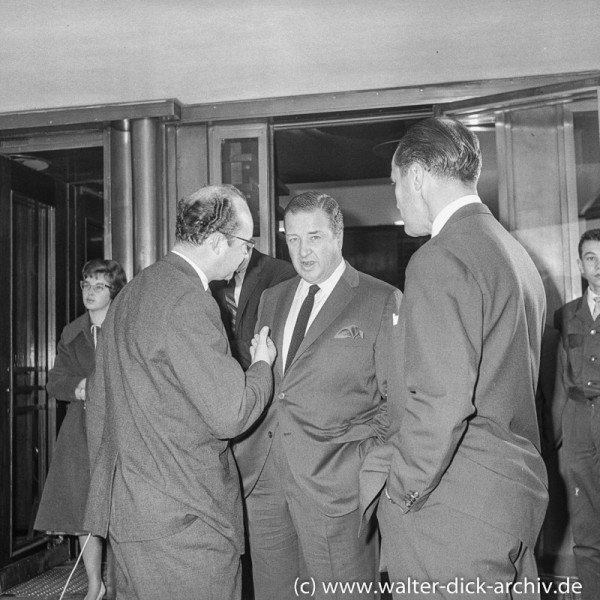 WDR Reporter Rolf Buttler interviewt Henry Ford II
