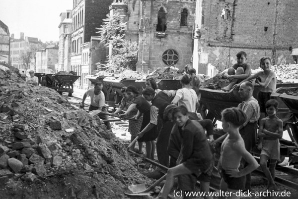"""Auch """"Kölsche Pänz"""" helfen mit bei der Trümmerräumung."""