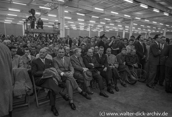 Chefs und Arbeiter beim Jubiläum der Kölner Ford Werke