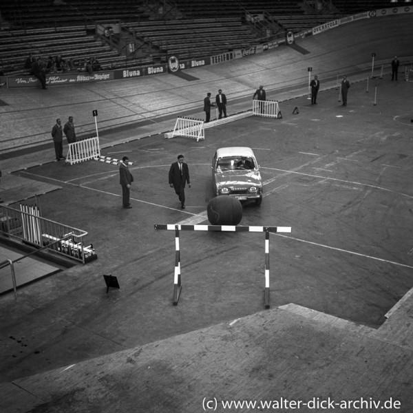 """""""Autoball"""" mit dem neuen Taunus 17 M (P 3) in der Kölner Sporthalle 1960"""