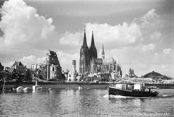 Blick auf die zerstörte Kölner Rheinfront