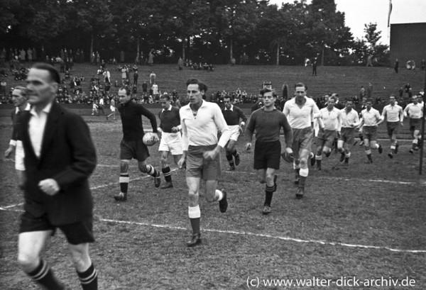 Fußballspiel beim Jubiläum des Kölner Stadions