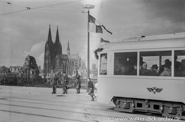 Die erste Straßenbahn fährt über die neue Brücke