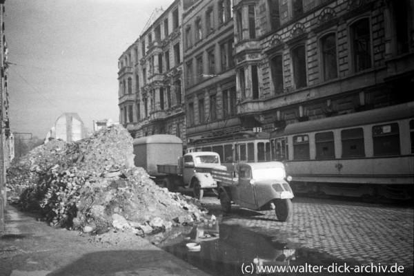 Schuttberge auf der Kamekestraße 1948