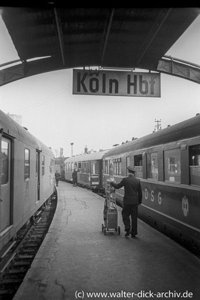 Vor der Ausfahrt im Hauptbahnhof 1954