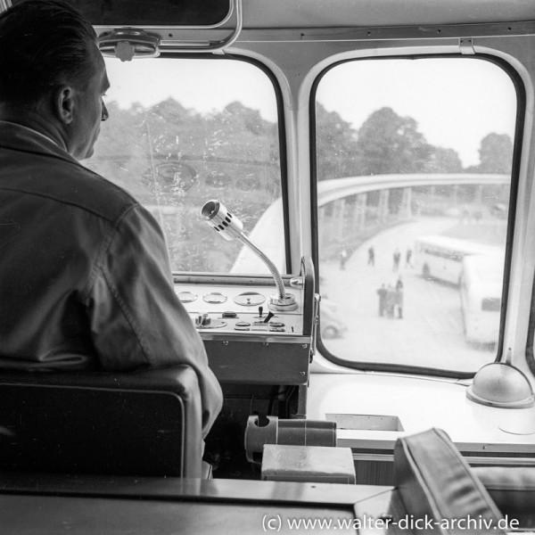 Auf dem Führerstand der ALWEG-Bahn 1957