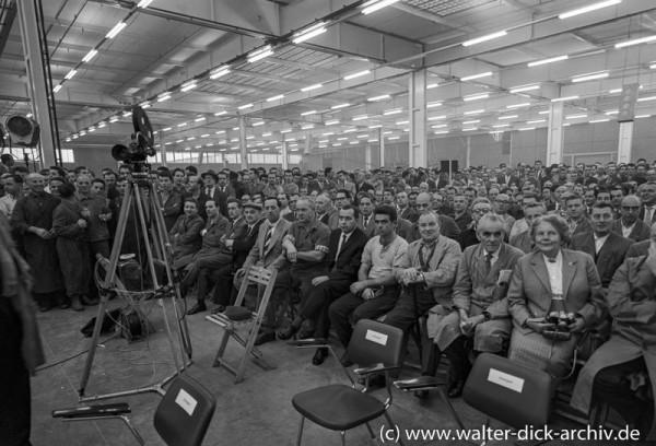 Arbeiter und Angestellte beim Jubiläum der Kölner Ford Werke