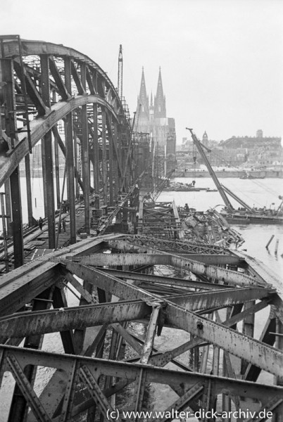 Wiederaufbau der Hohenzollernbrücke 1947