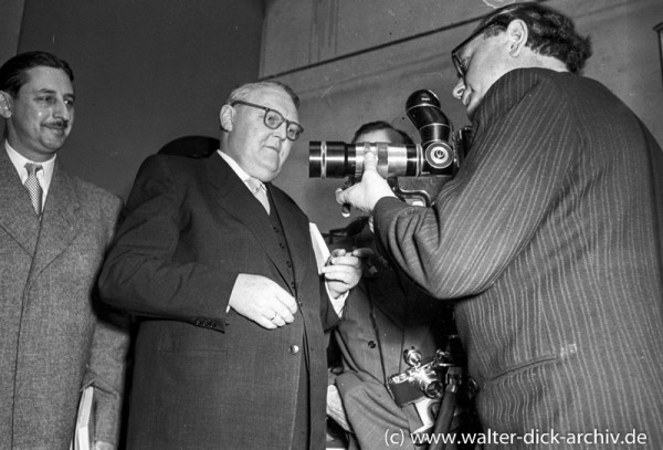 Photokina 1951 in Köln Ludwig Erhard informiert sich