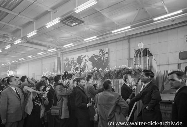 Konrad Adenauer spricht beim Jubiläum der Kölner Ford Werke