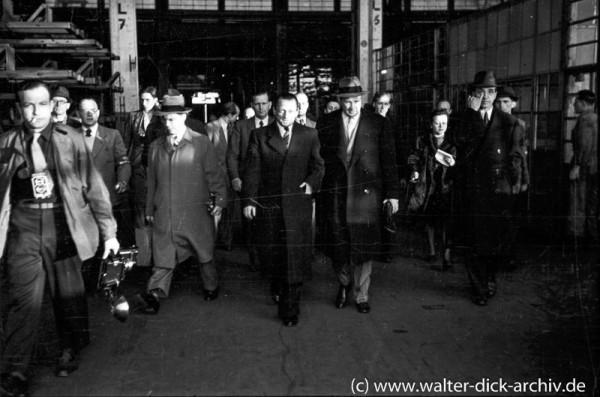 Henry Ford II bei einem Rundgang durch die Kölner Ford-Werke