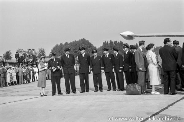 Die Lufthansa Besatzung vor der Kanzlermaschine