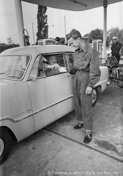 Neueröffnung einer Tankstelle in Köln 1955