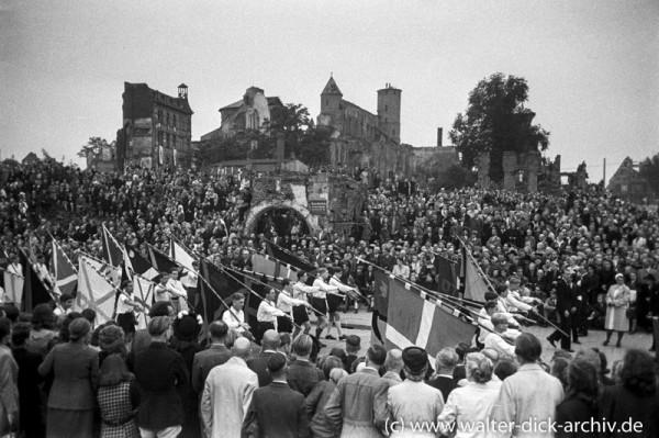 Festliche Prozession zur 700-Jahr-Feier des Kölner Doms