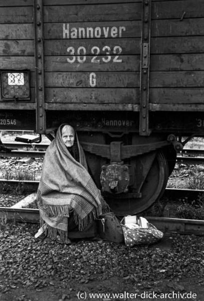 Flüchtlingsfrau vor einem Güterwaggon